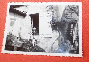 Photographie-Vintage-snapshot-1938-vieille-femme-chien-Ferme-Chaugey-Bourgogne