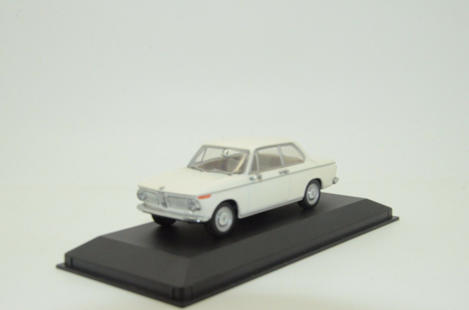BMW 1600  2 Saloon 1966 -75 vit Minichamps 22104 1  43