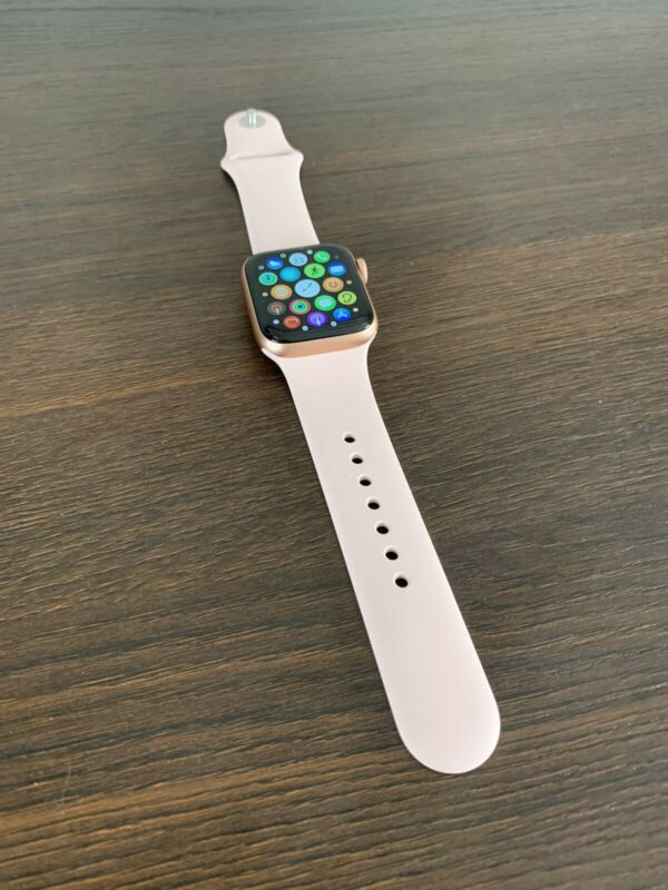 Mint condition Apple Watch series 5 Rose Gold 40mm+ R1700 Free brand new Apple Watch Power Bank