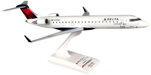 Skymarks SKR673 Delta Expressjet CRJ-700 Desk Top Display 1//100 Model Airplane