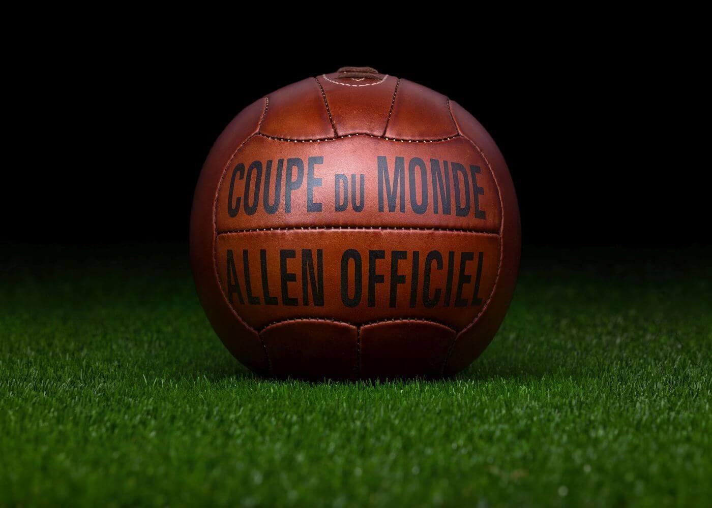 El balón oficial de la Copa del Mundo FIFA 1938 en Francia  Allen