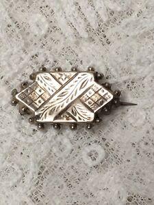 Tiny-Victoriano-Broche-estetica-movimiento-grabado-1870s-joyas-Pin-Antiguo