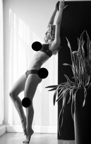 Aktfoto natürliche junge Dame Halbglänzend satiniert model 10 X 15 cm