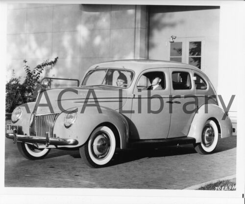 1939 Ford Deluxe Fordor at New York World/'s Fair Ref. # 42073 Factory Photo