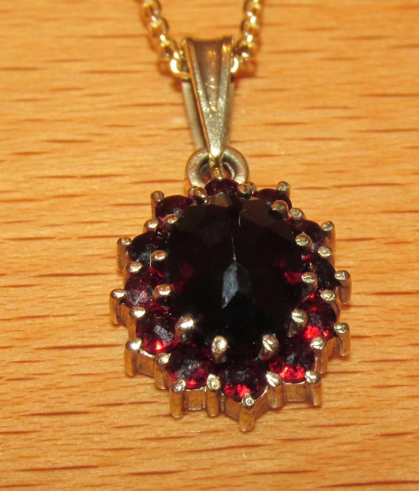 BEAUTIFUL SECONDHAND 9ct YELLOW gold GARNET  PENDANT ON CHAIN 40.5cm