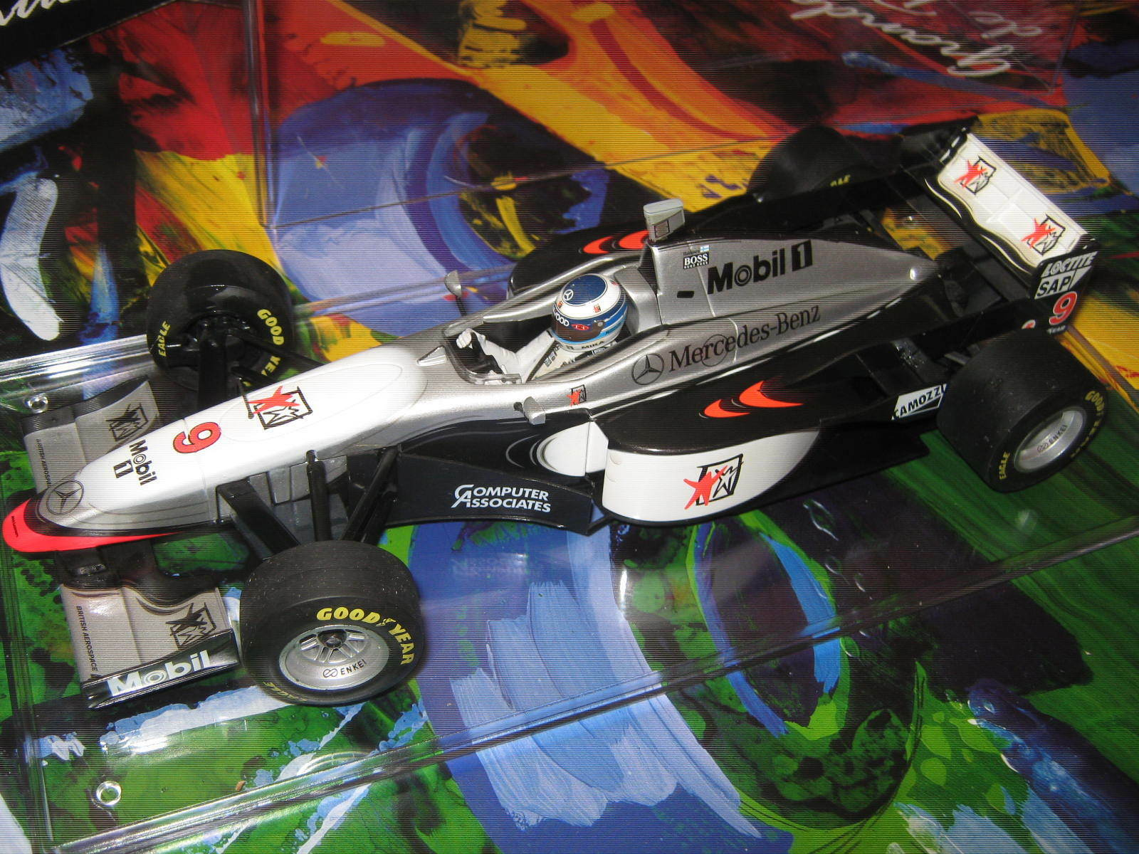 1:18 McLaren Mercedes mp4/12 M. Häkkinen 1997 Minichamps in brandnew Showcase Top