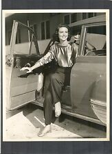 GORGEOUS DOROTHY MALONE STEPS OUT OF A VINTAGE CAR - 1950'S ? - VG COND BY SIX