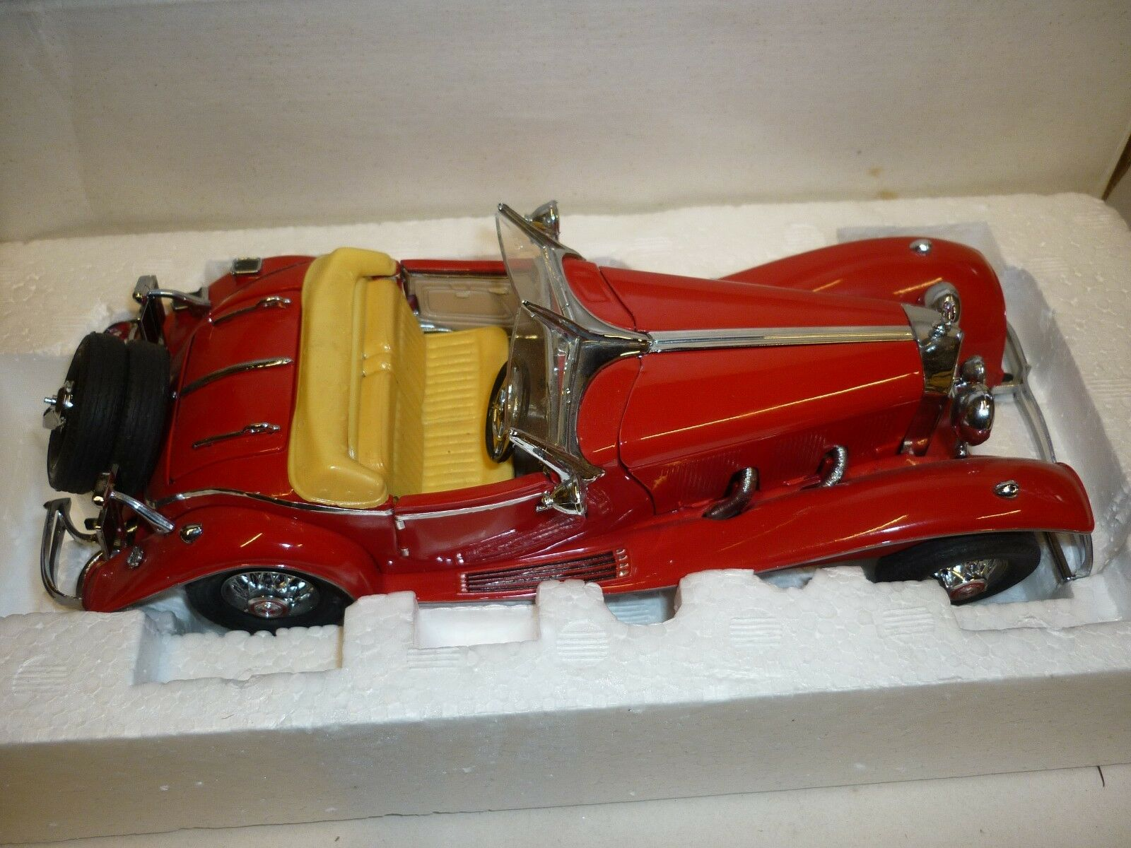 A Franklin mint scale model car of a 1935 Mercedes Benz 500k Roadster. boxed
