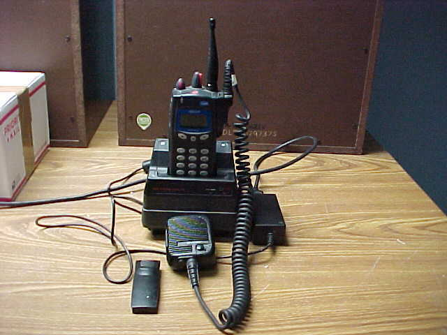 HARRIS/MACOM P7200 700/800MHZ BUNDLE RADIO, CHARGER, MICROPHONE ANTENNA