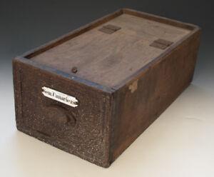 Urige-alte-Holzschublade-mit-Emailschild-aus-Apotheke-um-1900