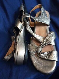 Details about CLARKS ARTISAN Tige De Cuir Gold Leather Wedge Sandal Women's 7.5M 26087203