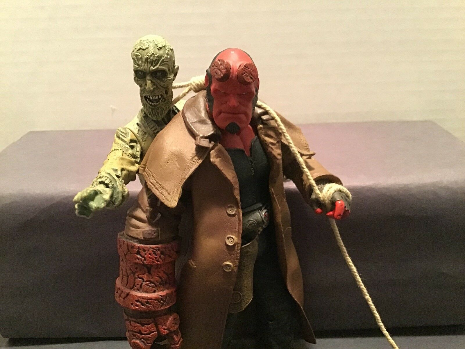 Mezco Hellboy With  Ivan The Corpse  dégagement