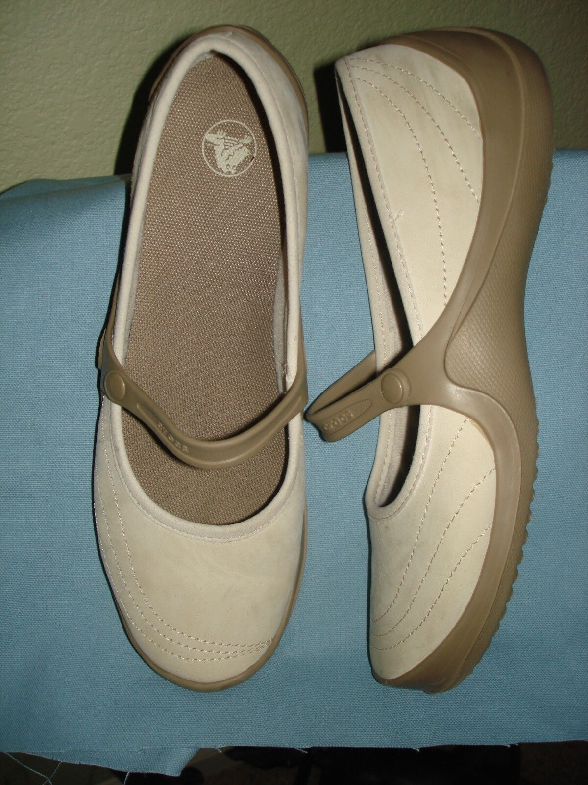 WOMENS CROCS SHOES BEIGE SUEDE FLATS SIZE W11  PRE-OWNED