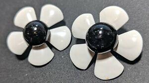 Pop-Art-Black-And-White-Pop-Art-Pierced-Daisy-Earrings-60s-NOS-New-Old-Stock