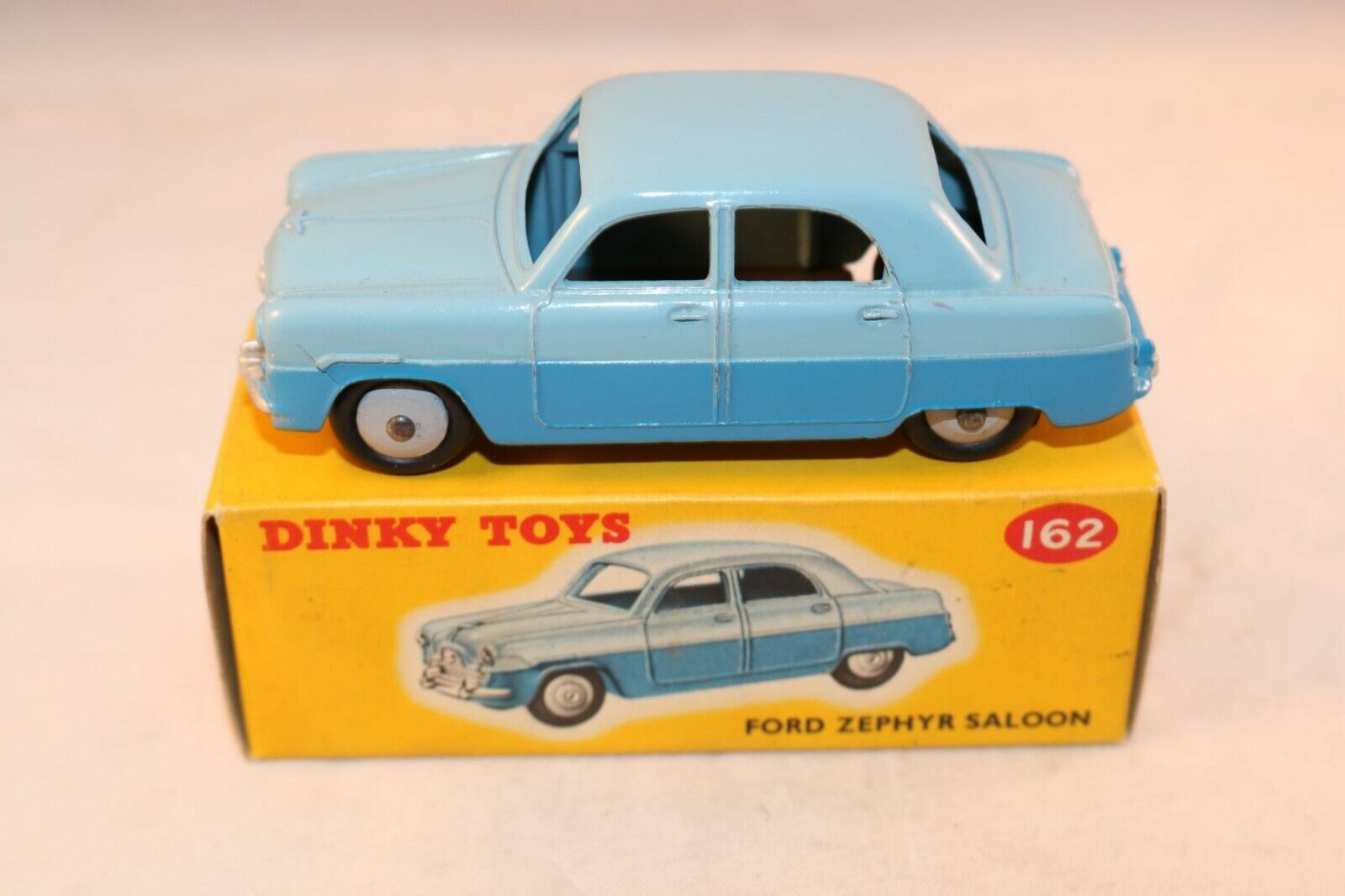 Dinky Toys 162 Ford Zephyr 2 tone blu in very very near mint condition