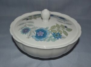 WEDGWOOD-MURRAY-CIRCULAR-WHITE-BOWL-W-LID-FLORAL-CLEMENTINE-PATTERN-ENGLAND