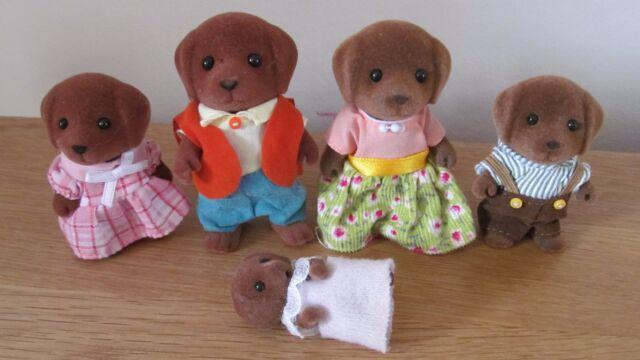 CHOCOLATE LABRADOR FAMILY WITH BABY GEORGINA