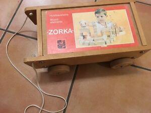 Zorka-Nachzieh-Wagen-Holzspielzeug-Vintage-bunte-Holzbausteine