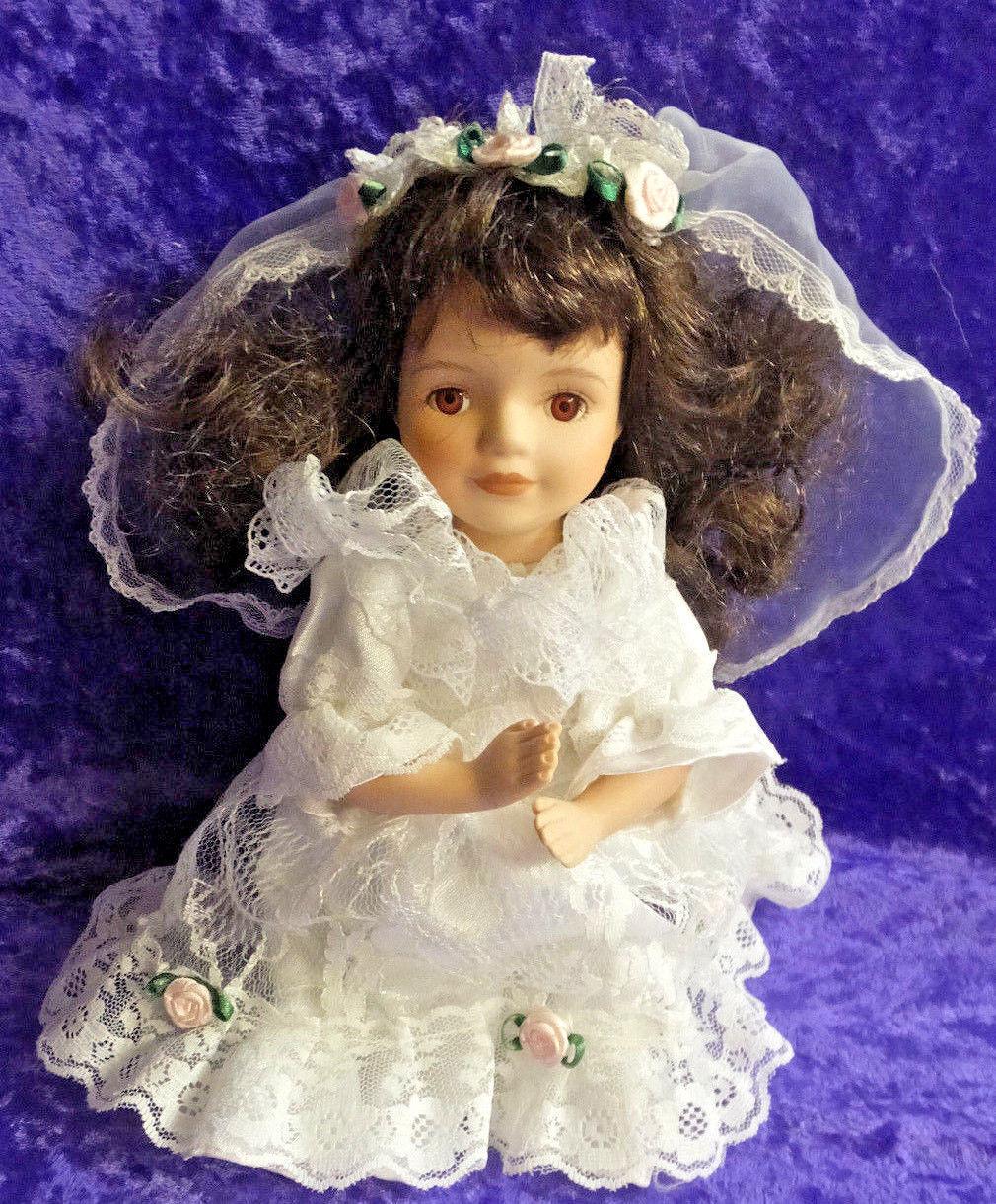 Handmade Porcelain Doll Litle Girl Kneeling Weiß Dress with Weiß Lace braun Ha