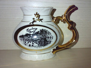 Karlovy-Vary-Trink-Kanne-aus-Karlsbad-Porzellan-CSSR-JOME-Glanzgold-H-11-5-cm