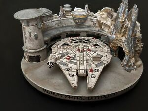Disneyland-Star-Wars-Galaxy-Edge-Iconic-Ship-Millennium-Falcon-Figurine-Ornament