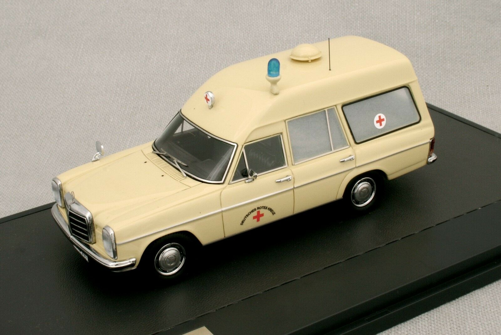 MERCEDES BENZ BINZ W114 EUROP AMBULANCE - 1969 - MATRIX MX 11302-031 - 1/43