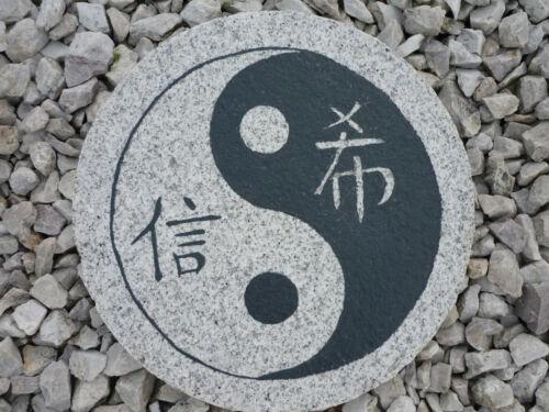 """Koiteich Trittstein Granit /"""" Yin Yang/""""  Gartendeko Feng Shui Steinplatte 35cm"""