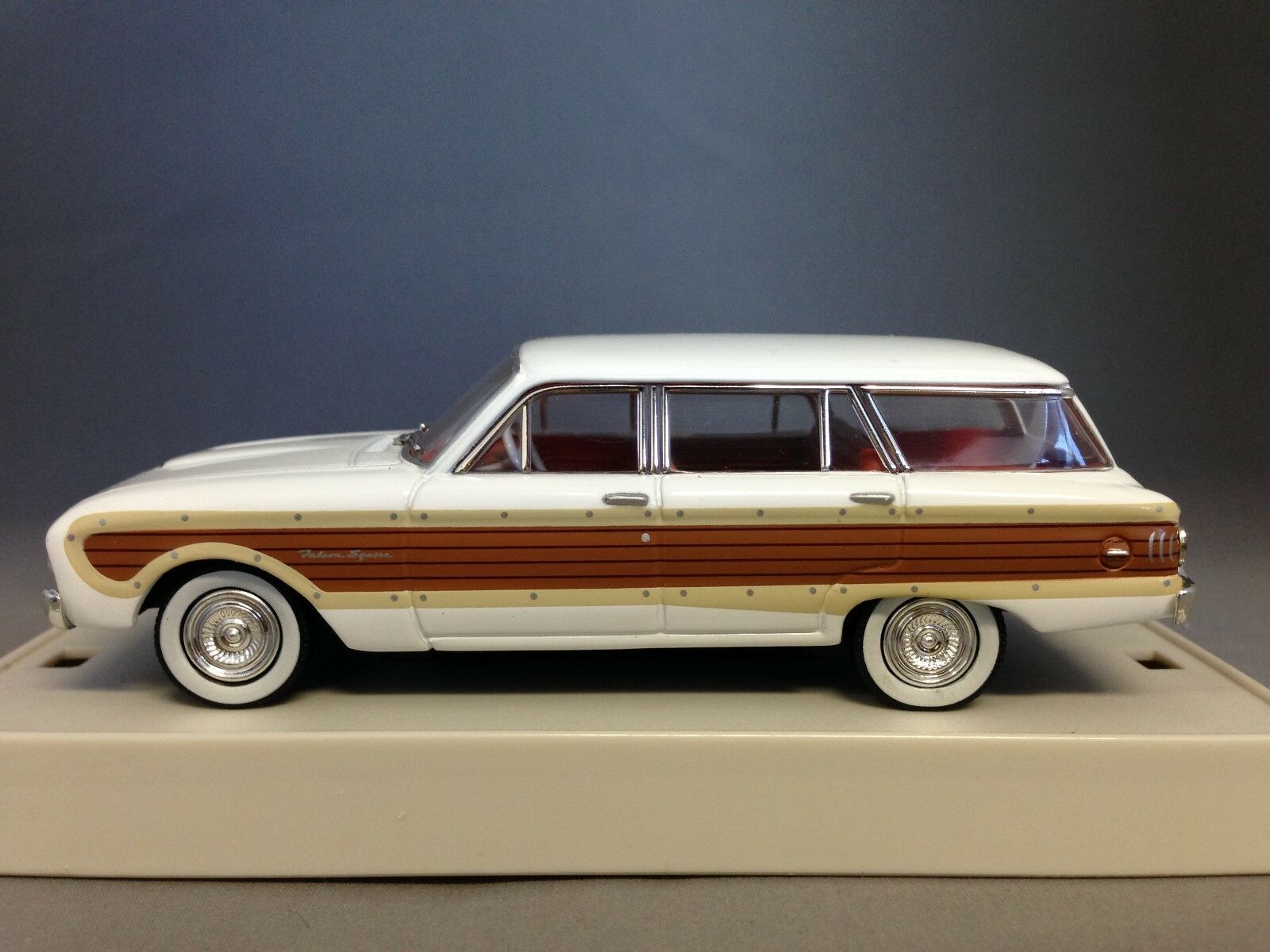 TRAX TR38  Ford XL Falcon Squire - Merino blanc  with marron fake bois panels  populaire