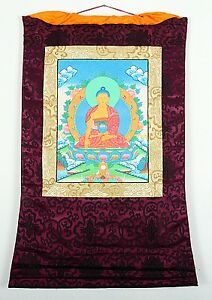 THANGKA-DES-BUDDHA-SHAKYAMUNI-IM-ROTEN-BROKATRAHMEN-HANDGEMALT-BUDDHISMUS-NEPAL