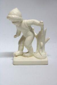 Goebel-Figur-Junge-mit-Baumstumpf