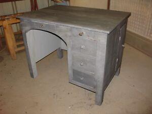 Bureau-peint-en-gris-patine-et-vernis-mat-vers-1940