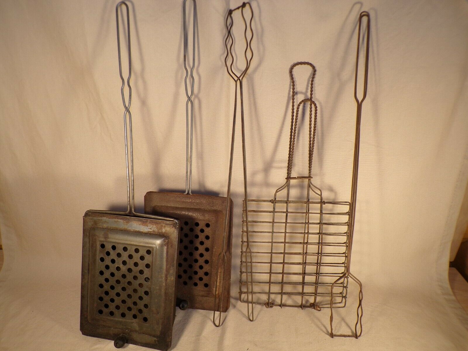 Vintage Popcorn Popper Campfire Fire Twisted Wire  Handle Camping Outdoor Decor  will make you satisfied