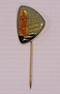 VINTAGE-GOLD-COAST-QLD-SOUVENIR-METAL-ENAMEL-BADGE-LAPEL-COAT-HAT-BROOCH-PIN