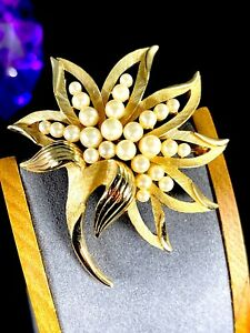 1960-S-CROWN-TRIFARI-GOLD-PLATED-FINISH-FAUX-PEARL-OPEN-WORK-FLORAL-LEAF-BROOCH