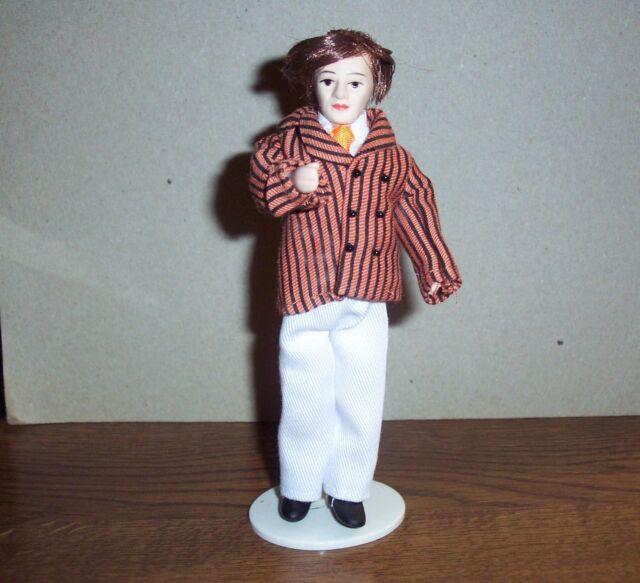 Puppenstubenpuppe Mann mit einer gestreiften Jacke u. weisser Hose bekleidet