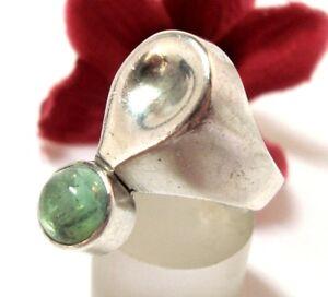 Formschoner-Ring-mit-grunem-Stein-aus-925-Silber-Design-cj-116
