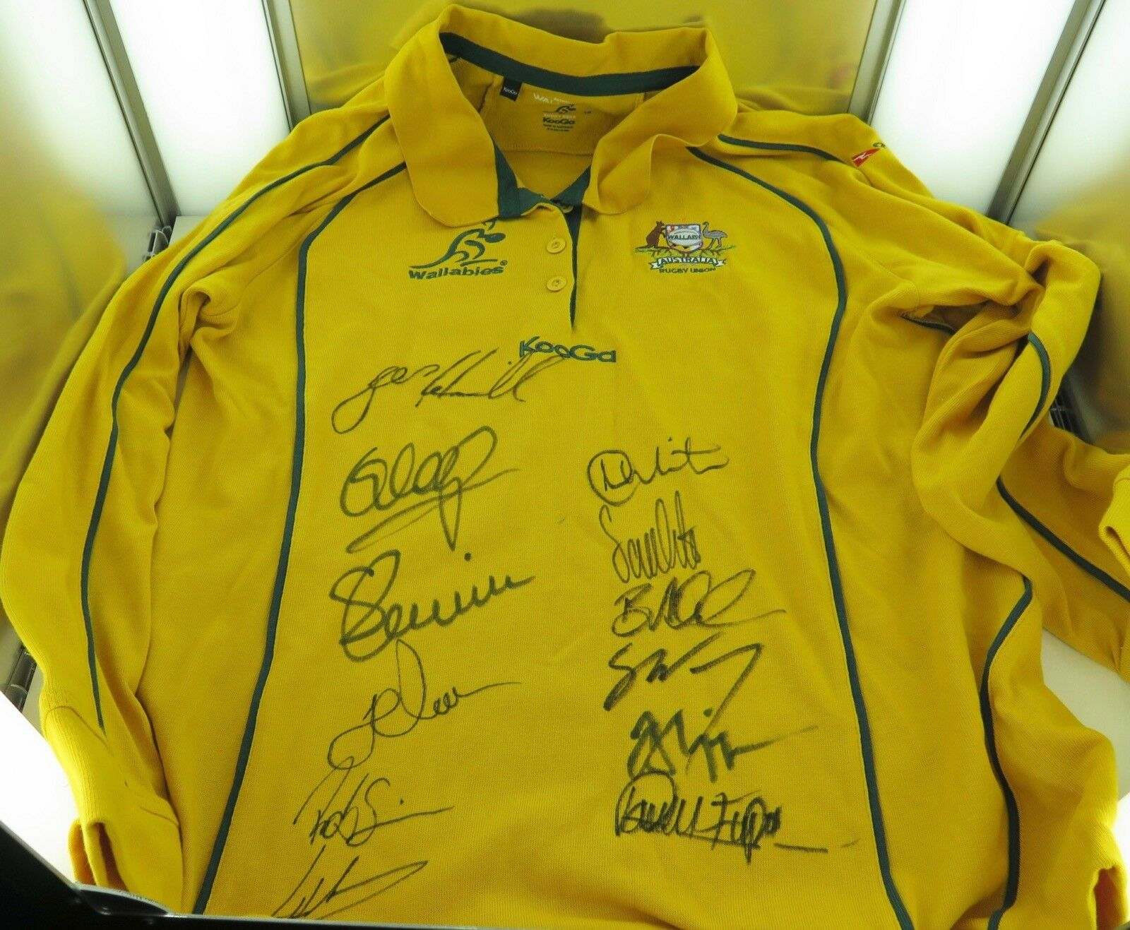 .RUGBY UNION. WALLABIES SIGNED OFFICIAL KooGa SUPPORTERS SHIRT. 12 SIGNATURES.