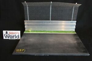 QSP-Diorama-1-18-1-12-Circuit-with-fence-and-guardrail