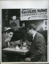 1960 Press Photo New York Customers dig in to Chinese food with chop sticks