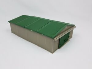 Ertl-Farm-Country-tan-shed-with-green-roof-building-1-64th-scale