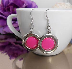 Huebsche-Ohrhaenger-pink-Scheiben-in-silberfarbenen-Ringen-Edelstahl-Ohrhaken