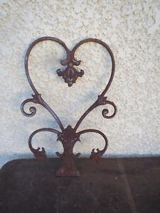 Ancienne-grille-en-fonte-sculpture-volute-forme-vintage-art-nouveau