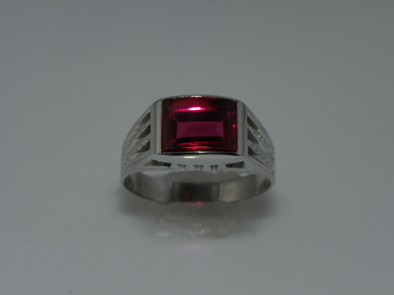MENS RETRO WHITE gold RED SPINELL RING WITH ETCHED SIDES
