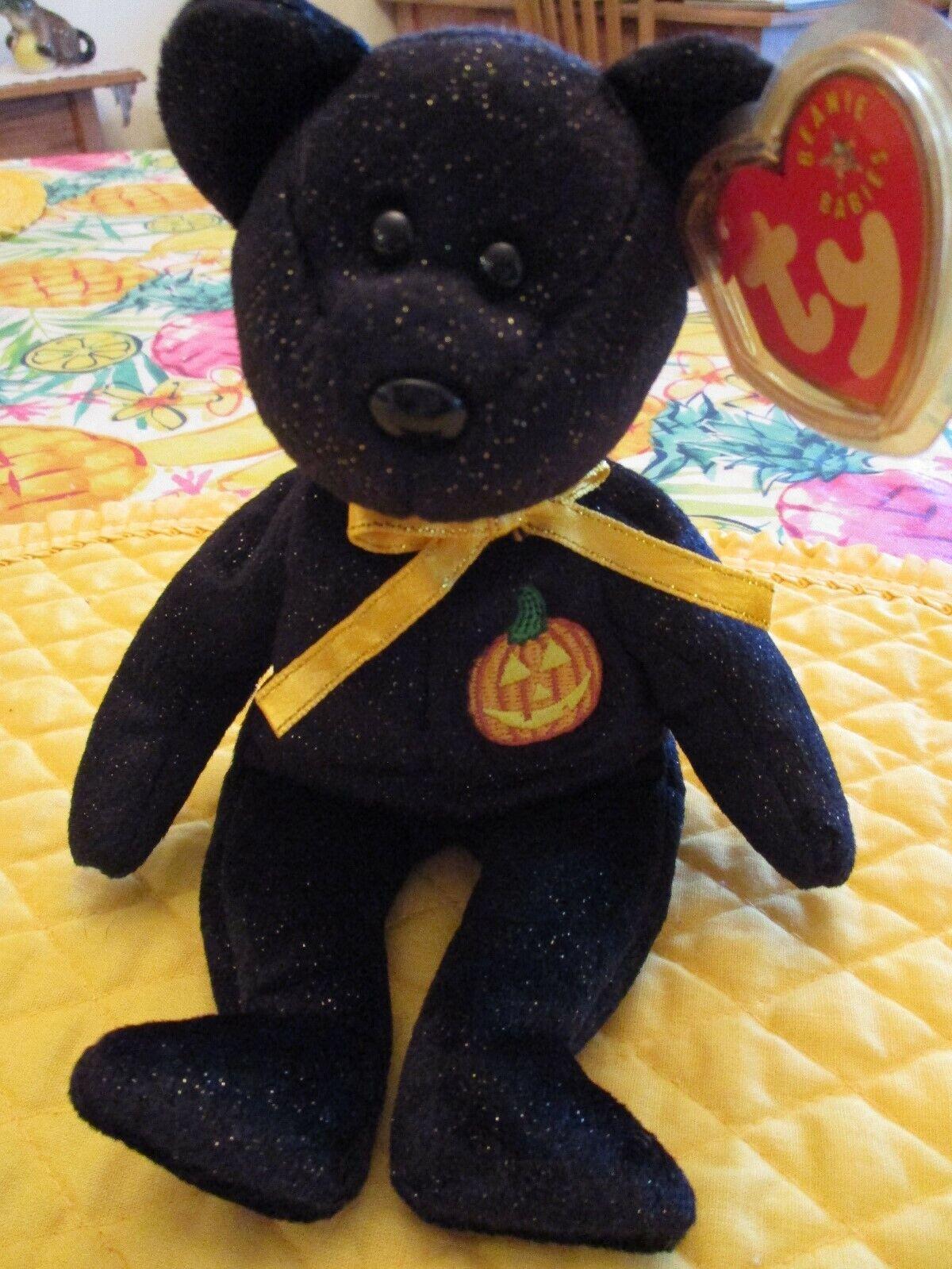 El oso de Halloween beanie tiene la etiqueta equivocada.
