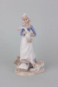 Junge-Frau-mit-Gans-und-Hund-Porzellanfigur