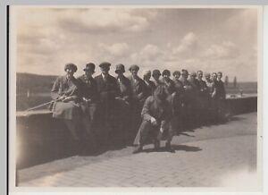 F30459-Orig-Foto-Personen-sitzen-auf-Mauer-bei-Hameln-26-5-1927