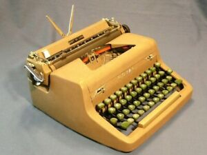 Royal Quiet De Luxe Portable Typewriter with Case looks great and types