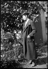 Jeune femme manteau chapeau jardin - Ancien négatif photo an. 1930