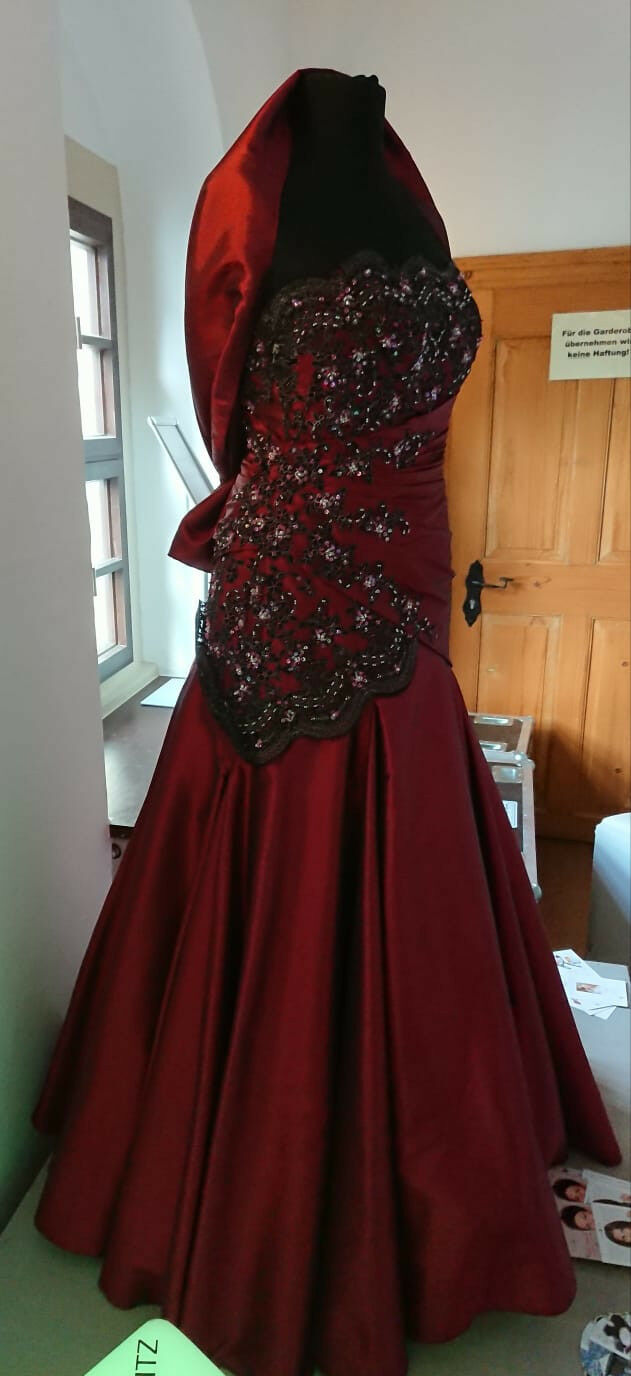 Brautkleid in Gr. 40 von Valerie by Kleemeier in Bordeauxrot mit Stola