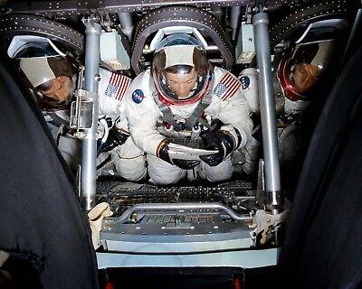 AA-093 8X10 NASA PHOTO ASTRONAUTS ED GIBSON /& GERALD CARR IN SKYLAB MODULE